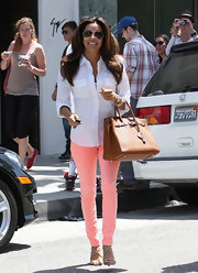 Eva Longoria looked just peachy in these darling pink jeans and chic white top for her trip to the beauty salon.
