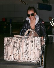 Eva Longoria accessorized with a pair of wayfarers for her flight.