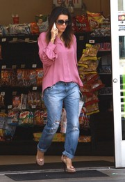 Eva Longoria contrasted her girly top with grunge-chic boyfriend jeans.