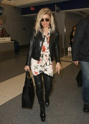 For her bag, Fergie chose a simple black leather tote by Givenchy.
