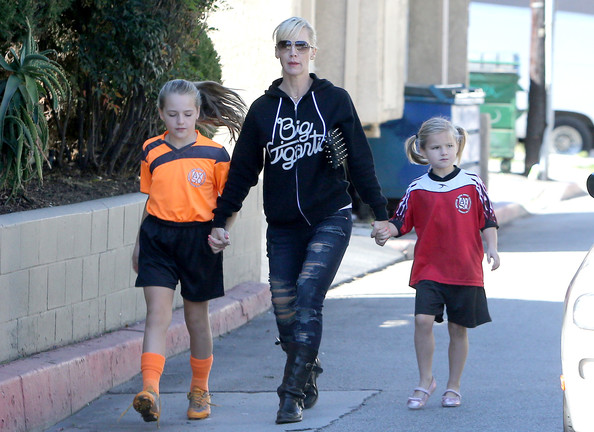 More Pics of Jennie Garth Ripped Jeans (1 of 31) - Jennie Garth Lookbook - StyleBistro