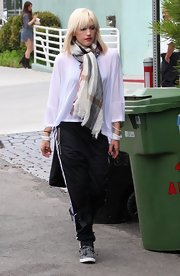 Gwen kept it comfy in a loose-fitting ensemble with a printed scarf to top off her look.