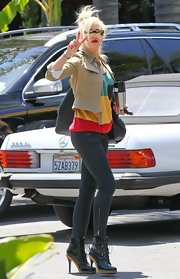 Gwen showed off her toned legs with a pair of super skinny jeans.