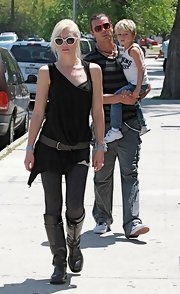 Swen sported a riveted black leather belt over a loose black tank. The hardware embellished belt added shape to her look.