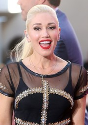 Gwen Stefani brightened up her face with matte red lipstick.