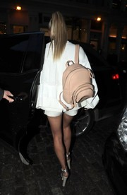Hailey Baldwin was spotted out in New York City carrying a beige leather backpack by Valas.