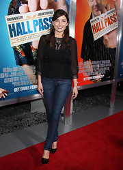 Taylor wears classic dark denim jeans with her casual-chic ensemble for the premiere of 'Hall Pass.'
