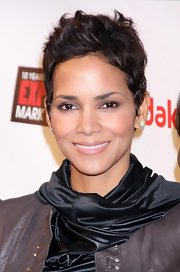 Short hair is indubitably Halle Berry at her best. Althougth the actress would look stunning with any haircut, she absolutely shines with this short cropped look and it reminds us of why we all feel in love with her to begin with.