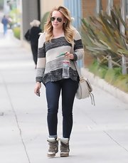Hilary Duff knows that balance is the key to fashion. The star balance out her loose sweater with a pair of skinny jeans.