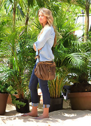 Indiana Evans carried a brown cross-body tote while filming 'Blue Lagoon.'