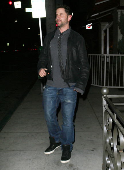 Jamie Kennedy proved that a good pair of classic denim jeans can be dressed up for dinners by pairing it with a jacket and a tie.