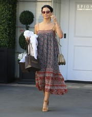 Jenna Dewan-Tatum teamed her dress with casual tan suede sandals.