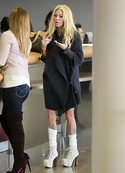 Jenna traveled in eclectic style, wearing platform lace-up ankle boots, complete with stacked wooden heels.