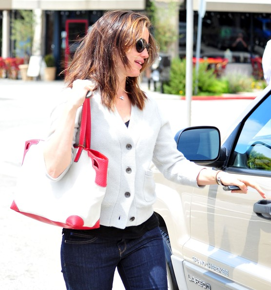Jennifer Garner grabbed lunch in Santa Monica carrying a white leather handbag with red leather trim.