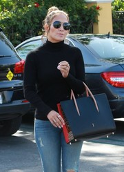 Jennifer Lopez topped off her shopping outfit with a pair of black aviators.