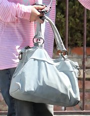 Jennifer Love Hewitt paired her casual outfit with a grey leather purse.