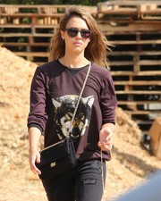 Jessica Alba dressed up her casual outfit with an elegant black chain-strap bag by Chanel.