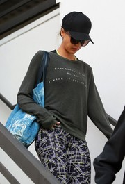 Jessica Alba teamed her outfit with a blue frond-print bag.