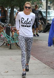 Jessica Hart kept up the relaxed vibe with a pair of black-and-white print leggings.