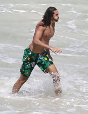 Joakin Noah went splish-splashing in these boldly patterned swim trunks.