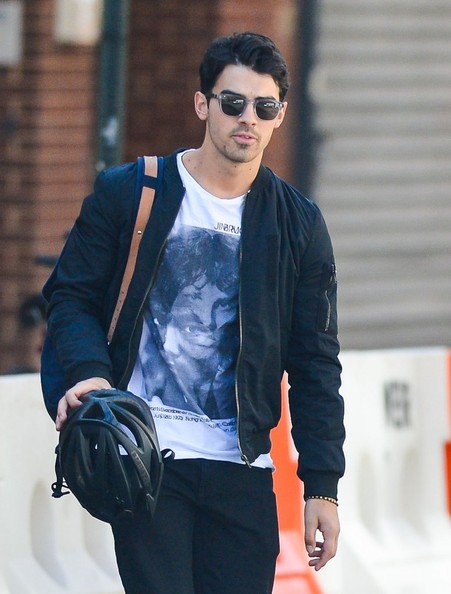 Joe Jonas Hangs Out With His Girlfriend in NYC