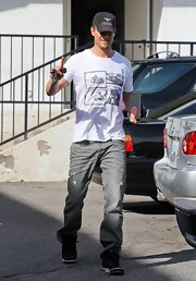 Josh Duhamel traded in his suit and tie for a casual print t-shirt while having lunch in California.