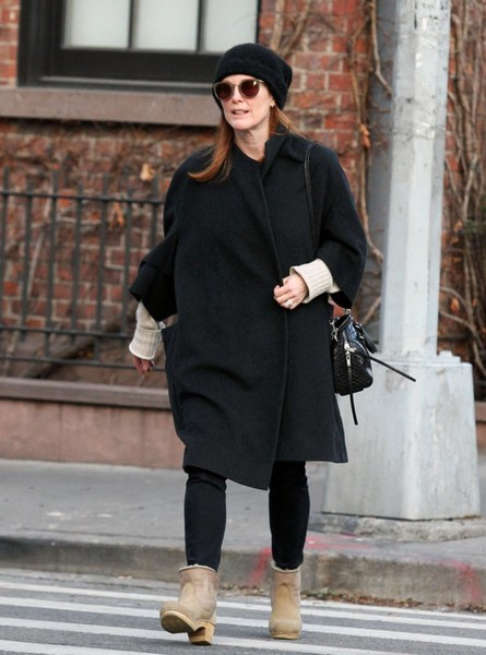 More Pics of Julianne Moore Round Sunglasses (1 of 9) - Julianne Moore Lookbook - StyleBistro