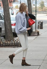 Karlie Kloss teamed her top with white skinny pants by Unravel.