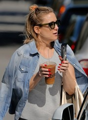 Kate Hudson showed off a perfect red mani while grabbing lunch.