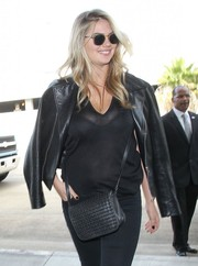 Kate Upton arrived for a flight at LAX wearing a pair of Oliver Peoples shades.