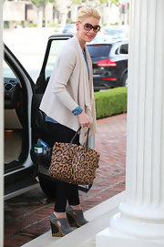 Katherine Heigl spiced up her gal about town look with a leopard print tote.