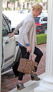 Katherine Heigl opted for skinny jeans and cutout wedges complete with gold piped detailing.