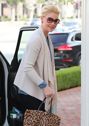 Katherine Heigl layered her look with a relaxed cream open front cardigan.