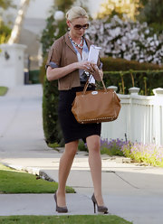 Katherine Heigl accented her polished day attire with a studded caramel leather tote.
