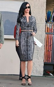 Katy Perry showed off her curves in this figure-flattering long-sleeve printed dress.