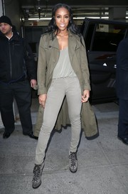 Kelly Rowland topped off her monochromatic-chic look with a tan trenchcoat.