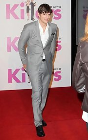 Ashton Kutcher showed off his classic grey suit while hitting the premiere of the 'Killers'