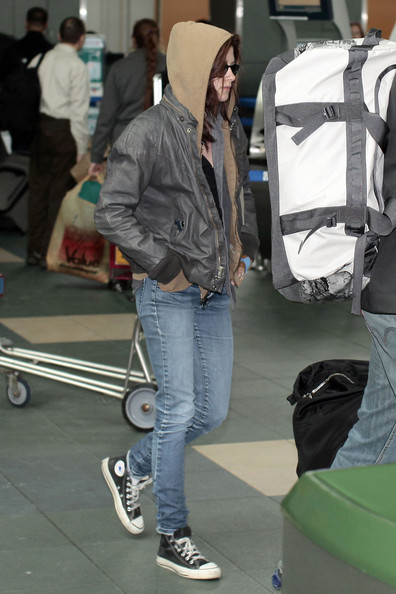 Kristen Stewart completed her airport outfit with a pair of light-wash skinny jeans.