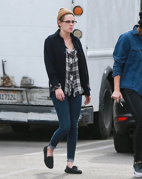 Kristen Stewart completed her outfit with a pair of black moccasins.