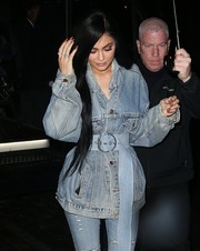 Kylie Jenner accessorized with an oversized blue belt to add some shape to her baggy jacket.