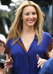Lisa Kudrow styled her hair in wispy layers for an interview with 'Extra.'
