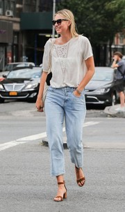 Maria Sharapova paired her shirt with light-wash capri jeans.