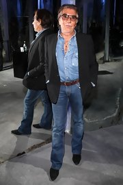 Roberto stayed on trend with an all denim look. He rocked a denim button down shirt with a classic pair of jeans.