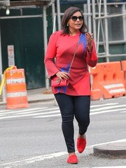 Mindy Kaling teamed her vibrant sweater with dark blue skinny jeans.