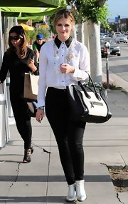 Mischa paired her white button down with black skinny jeans for a cool black-and-white tuxedo-like ensemble.