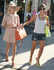 Frankie Sandford stayed cool and chic under the hot Cali sun in a loose-fitting tank.