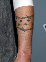 Blake Shelton showed off his barb wire tattoo at NBC's The Voice conference.