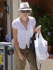 Naomi donned super dark cateye shades with a casual look while shopping in Brentwood.