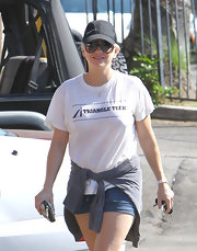 Anna Faris capped off her look with a fitted baseball hat.