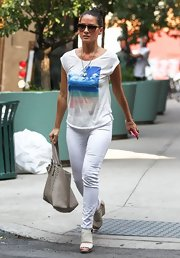 Olivia chose a pair of white skinny jeans to go with her tee while out and about.